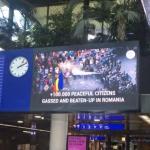 """""""PSD, va vede toata lumea"""". Romanii din Elvetia difuzeaza in aeroportul din Geneva imagini de la represiunea din 10 august – Video"""