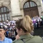 """Incidente la protestul magistratilor. PSD a trimis contramanifestanti in fata Curtii de Apel. Au strigat: """"Drogatilor!"""" – Video"""