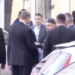 "Iohannis, abordat de un protestatar din Piata Victoriei: ""Iata cum se comporta un om politic care nu are motive sa fuga din calea protestatarilor"""