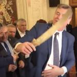 """Circ in Parlament, un deputat a venit cu o maceta. Catalin Radulescu: """"Eu dau cu pumnul"""". Dragnea a aparut si el – Video"""