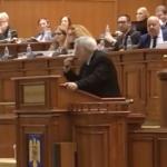 "Bacalbasa, facand semn cu mana la gura in Parlament: ""Nu mi-am luat medicamentele"". Sedinta a fost suspendata"