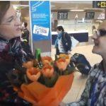 """Asa ceva nu exista. Maria Grapini a primit flori la intoarcerea de la Bruxelles: """"Ne reprezentati cu devotament in Parlamentul European"""" – Video"""
