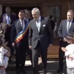 Manechinul dictator. Copii de gradinita, adusi cu forta sa-l aplaude pe Tariceanu – Video