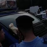 """Jandarmi alungati din Piata Victoriei de catre protestatarii care sarbatoreau. Le-au aruncat bancnote pe duba: """"Veti plati""""/ """"10 august"""""""