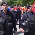 """Jandarmi inarmati pana in dinti, amplasati in fata protestatarilor din Targoviste. Le cer oamenilor sa nu mai scandeze """"PSD, ciuma rosie"""""""