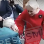 Un pensionar a ingenuncheat in fata lui Dancila si i-a pupat mana. Premierul, asteptata de aplaudaci la Satu-Mare pentru a acoperi huiduielile – Video