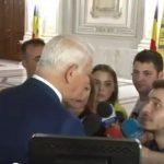 """""""Va rog frumos, nu ma luati cu puiule"""". Securistul Melescanu, pus la punct de un tanar hotarat. Nu s-a lasat pacalit de manipularile ministrului – Video"""