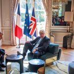 Marlanie. Premierul britanic cu piciorul pe masa in fata lui Macron la discutiile despre Brexit. Vrea sa arate ca s-a impus