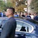 """""""Hotii, hotii"""". Limuzina lui Dancila, inconjurata de bodyguarzi, paraseste Iasiul in huiduielile protestatarilor – Video"""